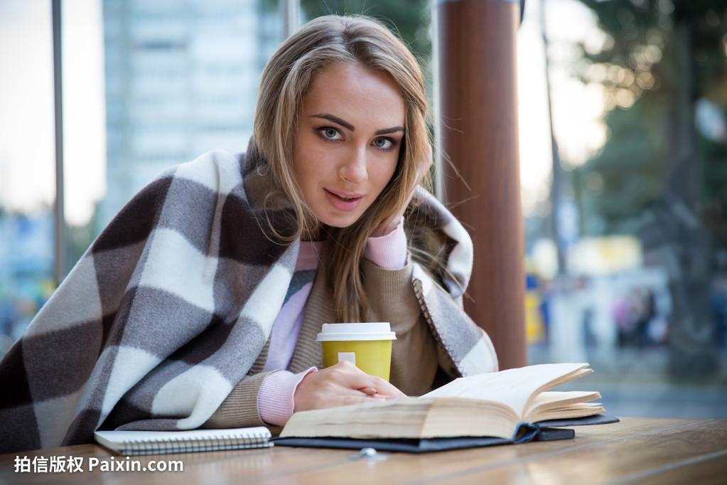 身体,美丽的,早餐,书,美女,咖啡馆,照相机,随便的成人冷女生图片